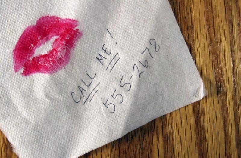 «Подзвони мені, не пошкодуєш!»: В автобусі незнайомка підсунула мені записку з номером телефону