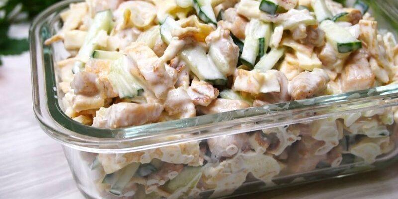 Огірки і обсмажена куряча грудинка з маринованою цибулею – це просто, але дуже смачно! Салат підкорює всіх, хто пробує!