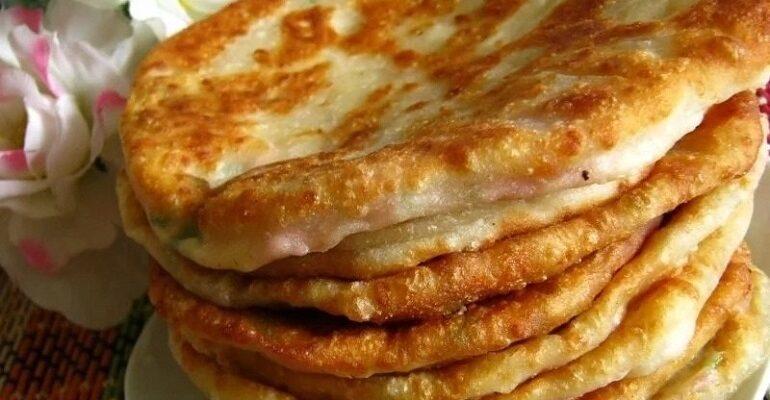 Дріжджові великі пиріжки з капустою! Вони соковиті, ситні і апетитні: рука так і тягнеться за добавкою!